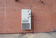 Unidade da ATAC da montagem da parede em uma parede de tijolo vermelho Fotos de Stock Royalty Free