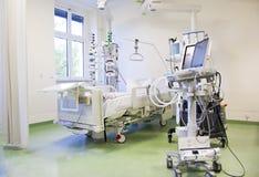 Unidade de cuidados intensivos com monitores Foto de Stock