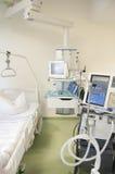 Unidade de cuidados intensivos com monitores Imagem de Stock Royalty Free