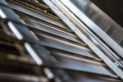 Unidade de dobramento de papel da dobra da máquina dentro do close up da imprensa das barras de metal foto de stock