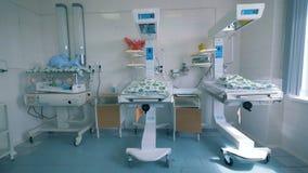 Unidade de hospital com os bebês recém-nascidos que encontram-se em umas caixas filme