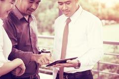 Unidade de negócio asiática que fala sobre o resultado e que olha dados em Ta Fotos de Stock