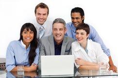Unidade de negócio de sorriso que usa um portátil Fotos de Stock Royalty Free