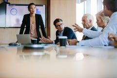 Unidade de negócio diversa que tem uma reunião na sala de reuniões Fotografia de Stock
