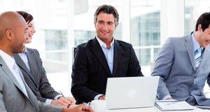 Unidade de negócio internacional que discute Fotografia de Stock Royalty Free