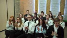 a unidade de negócio 4K aplaude o orador no fim de um seminário da apresentação ou de treinamento do negócio Executivos do seminá vídeos de arquivo