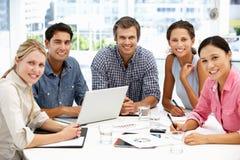 Unidade de negócio misturada que tem uma reunião Imagens de Stock Royalty Free