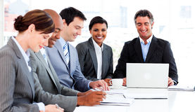 Unidade de negócio que discute uma estratégia nova Fotos de Stock
