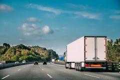 Unidade do caminhão ou da tração no movimento na estrada, autoestrada Asphalt Motor fotografia de stock