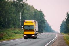 Unidade do caminhão ou do trator, principal - motor, unidade da tração no movimento em R fotos de stock