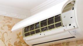 Unidade do condicionador de ar aberta limpando Foto de Stock Royalty Free