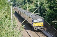 Unidade elétrica de quatro partes do transporte BRITÂNICO do trem na trilha nas madeiras Imagens de Stock Royalty Free
