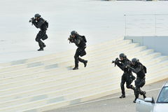 Unidade especial das táticas & do salvamento da força policial de Singapura (ESTRELA) que demonstra durante o ensaio 2013 da parad Fotos de Stock Royalty Free