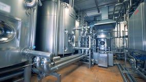 Unidade moderna de uma destilaria enchida com os cartuchos e as tubulações de aço filme