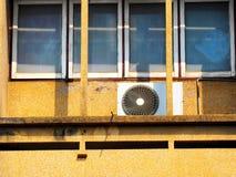 Unidades al aire libre del compresor del aire acondicionado fotos de archivo