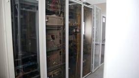 Unidades da sala do servidor, terminais do centro de dados com cabos, fios video estoque