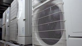 Unidades de aire acondicionado al aire libre grandes Compresor de aire grande de la fan almacen de metraje de vídeo