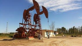 Unidades de bombeo en el campo petrolífero de Shengli imagen de archivo