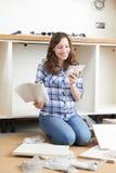 Unidades de montagem da mulher na cozinha nova imagem de stock royalty free