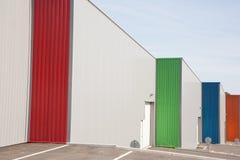 Unidades de negocio con la construcción colorida de las puertas del rodillo fotos de archivo libres de regalías