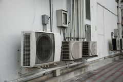 Unidades do condensador dos condicionadores de ar fotografia de stock