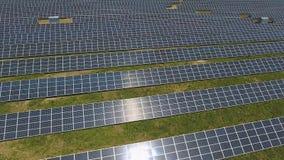 Unidades do painel solar produzindo a energia renovável vídeos de arquivo