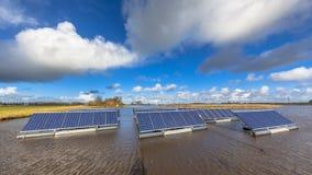 Unidades solares flotantes en el agua Foto de archivo libre de regalías