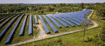 Unidades solares fotovoltaicas de la visión industrial aérea produciendo la energía renovable fotos de archivo libres de regalías