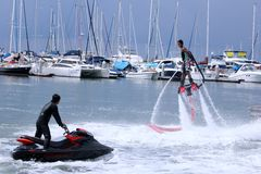 Unidentfied-Mann demonstriert flyboard Akrobatik, Lizenzfreie Stockbilder