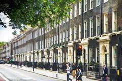 Unidentifaid-Leute nahe Arosfa-Hotel im historischen Bloomsbury-Bezirk London Lizenzfreie Stockfotos