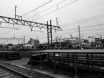 Unidentifed folk Sikt av konstruktionen av järnvägsstationen royaltyfria bilder