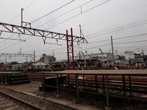 Unidentifed ludzie Widok budowa stacja kolejowa obrazy royalty free