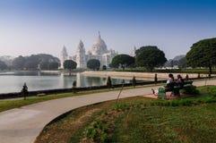Unidentifed para przy Wiktoria pomnikiem - Kolkata, India Obrazy Stock