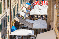 Unidentifed turister som besöker den gamla staden av Dubrovnik, Dubrovnik är en UNESCOvärldsarv Royaltyfri Bild