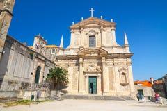 Unidentifed turister som besöker den gamla staden av Dubrovnik, Dubrovnik är en UNESCOvärldsarv Arkivbild