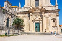 Unidentifed turister som besöker den gamla staden av Dubrovnik, Dubrovnik är en UNESCOvärldsarv Royaltyfria Foton