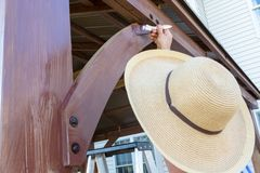 Unidentifiable man i en sunhat som befläcker trä arkivbild