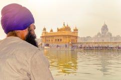 Unidentifiable mieszkanów pendżabu Sikhijska pielgrzymia dewotka medytuje przed Złotą świątynią zdjęcia royalty free