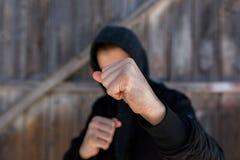 Unidentifiable nastoletniego chłopaka napadanie z hes nagimi rękami, ostrość na pięści fotografia royalty free