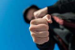 Unidentifiable nastoletniego chłopaka napadanie z hes nagimi rękami, ostrość na pięści zdjęcia stock