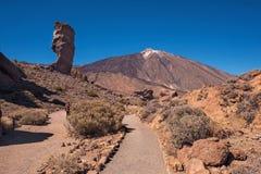 Unidentifiable turist- gå i den Teide nationalparken på en solig dag Tenerife, kanariefågelöar, Spanien arkivfoton