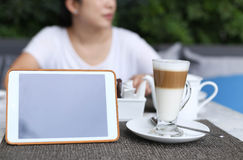 Unidentified asian woman with notepad having a coffee latte Royalty Free Stock Photos