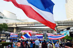 Unidentified protesters gather Patumwan intersection to anti government and ask to reform before election. BANGKOK-JAN 22 : Unidentified protesters gather Royalty Free Stock Image