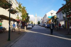 Unidentified tourists walking near Hallgrimskirkja church in Rey Royalty Free Stock Photos