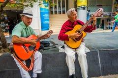 2 unidentify индигенные люди играя гитару внутри Стоковые Изображения RF