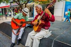 2 unidentify индигенные люди играя гитару внутри Стоковое Изображение