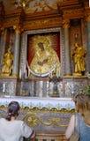 unidentify les personnes prie à la photo sainte de la mère de Dieu, porte de DawnView de la porte de l'aube (Brama d'Ostra) à Vil Image stock