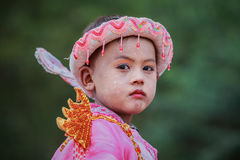 Unidentifymyanmar kind in Festivaloptocht Stock Afbeeldingen