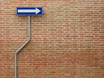 Unidireccional firme encima una pared de ladrillos foto de archivo