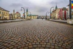 Unie vierkante die Piata Unirii bij de regenachtige dag in Oradea, ROM wordt gezien Stock Fotografie